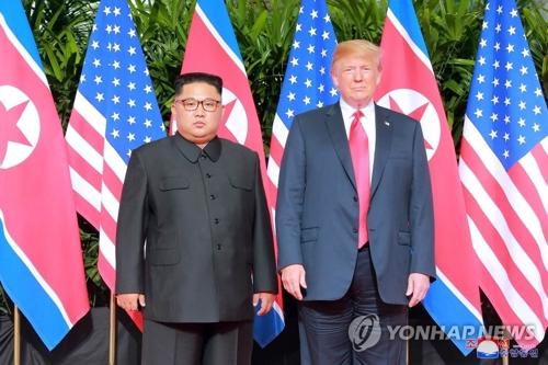 La foto publicada por la KCNA muestra al líder nocoreano, Kim Jong-un (izda.), y al presidente estadounidense, Donald Trump, posando para una fotografía, antes de iniciar su histórica reunión cumbre, celebrada el 12 de junio de 2018, en Singapur. (Uso exclusivo dentro de Corea del Sur. Prohibida su distribución parcial o total)