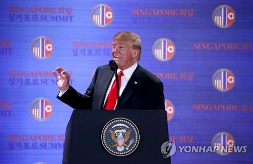 El presidente de EE. UU., Donald Trump, habla durante una conferencia de prensa, celebrada, el 12 de junio de 2018, en Singapur, después de sostener su reunión cumbre histórica con el líder norcoreano, Kim Jong-un.