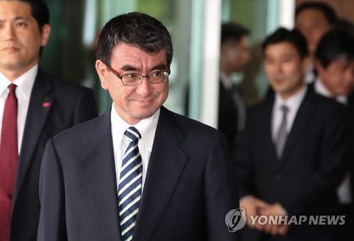 El 13 de junio del 2018, el ministro de Asuntos Exteriores de Japón, Taro Kono, llega a Corea del Sur a través del Aeropuerto de Gimpo, para asistir a una reunión de cancilleres de Corea del Sur, EE. UU. y Japón.