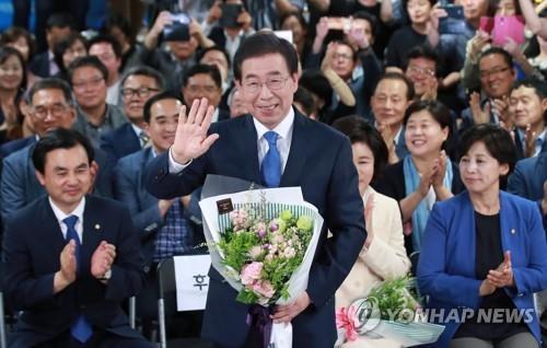 En la imagen tomada, el 13 de junio de 2018, se muestra al alcalde de Seúl, Park Won-soon (centro), quien ganó su tercera candidatura para el mismo cargo.