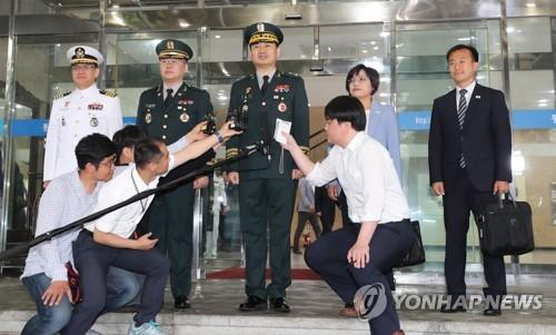 Los delegados surcoreanos hablan ante los reporteros, el 14 de junio de 2018, antes de partir de Seúl a la aldea de la tregua de Panmunjom, para celebrar los primeros diálogos militares intercoreanos a nivel de generales en más de diez años, al objeto de discutir las formas para la distensión militar en la península coreana.