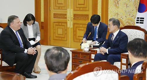 El presidente surcoreano, Moon Jae-in (dcha.), dialoga con el secretario de Estado estadounidense, Mike Pompeo, el 14 de junio de 2018, en la oficina presidencial, en Seúl, sobre el resultado de la cumbre entre Corea del Norte y EE. UU., celebrada, el 12 de junio, en Singapur.