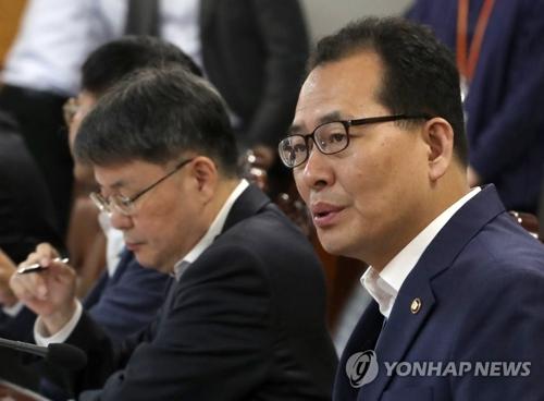 El primer viceministro de Estrategia y Finanzas surcoreano, Koh Hyeong-gwon, habla durante una reunión con los funcionarios de alto rango del Banco de Corea y la Comisión de Servicios Financieros, celebrada el 14 de junio de 2018, en Seúl.