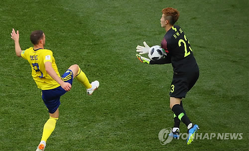 El portero surcoreano Jo Hyeon-woo (dcha.) hace una parada ante Marcus Berg, de Suecia, durante su partido del Grupo F de la Copa del Mundo de la FIFA en el estadio Nizhny Novgorod, en la ciudad rusa de mismo nombre, el 18 de junio de 2018.
