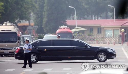 Un sedán negro en el que, aparentemente, se encuentra el presidente del Comité de Asuntos de Estado de Corea del Norte, Kim Jong-un, parte del Aeropuerto Internacional de Pekín-Capital, el 19 de junio de 2018. Presuntamente, Kim se encuentra en Pekín para mantener nuevamente diálogos con el presidente chino, Xi Jinping.