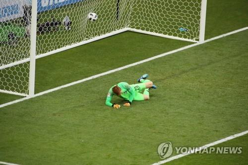 El guardameta surcoreano Jo Hyeon-woo recibe un gol de penalti del mexicano Carlos Vela en el partido entre Corea del Sur y México del Grupo F del Mundial de la FIFA en el Rostov Arena, en Rostov del Don, Rusia, el 23 de junio de 2018.