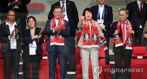 El presidente surcoreano, Moon Jae-in (3º por la izda.), y la primera dama, Kim Jung-sook (4º por la izda.), apoyan a su equipo nacional de fútbol en el partido del Grupo F de la Copa del Mundo de la FIFA 2018 entre Corea del Sur y México en el Rostov Arena en Rostov del Don, Rusia, el 23 de junio de 2018.