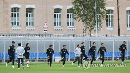 En esta foto de archivo tomada el 24 de junio de 2018, los jugadores del equipo nacional de fútbol de Corea del Sur entrenan en el estadio Spartak en Lomonosov, un suburbio de San Petersburgo, Rusia.