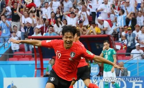 El defensa surcoreano Kim Young-gwon celebra su gol contra Alemania durante el partido del Grupo F en la Copa del Mundo de la FIFA 2018 en el Kazan Arena en Kazán, Rusia, el 27 de junio de 2018.
