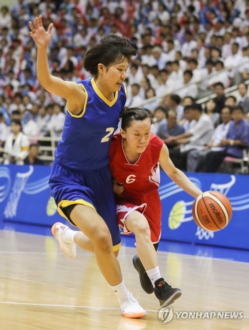 La fotografía, tomada el 5 de julio del 2018, muestra un partido amistoso de baloncesto femenino intercoreano, disputado en el gimnasio Ryugyong Chung Ju-yung de Pyongyang. (Imagen del cuerpo de prensa)