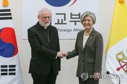 La ministra de Asuntos Exteriores de Corea del Sur, Kang Kyung-wha (dcha.), posa para una fotografía con el canciller del Vaticano, el arzobispo Paul Gallagher, durante su reunión realizada, el 6 de julio del 2018, en la Cancillería de Seúl. (Fotografía proporcionada por la Cancillería surcoreana)