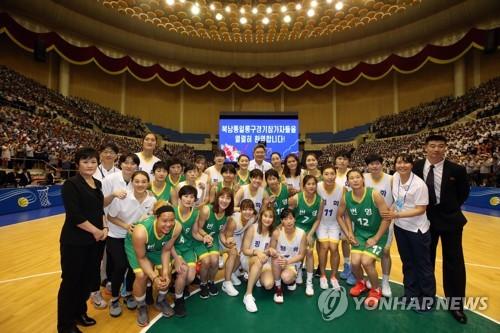 Las jugadores de baloncesto de Corea del Sur y Corea del Norte posan para una foto después de su partido de exhibición en el gimnasio Ryugyong Chung Ju-yung de Pyongyang, el 5 de julio de 2018. (Foto del cuerpo de prensa)