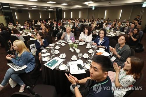 Las personas asisten a un simposio sobre la educación del idioma coreano organizado, el 10 de julio de 2018, en Centro Sejong para las Artes Escénicas, en el centro de Seúl.
