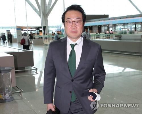 El enviado nuclear de Corea del Sur, Lee Do-hoon, parte hacia Washington, el 11 de julio de 2018, a través del Aeropuerto Internacional de Incheon, al oeste de Seúl.