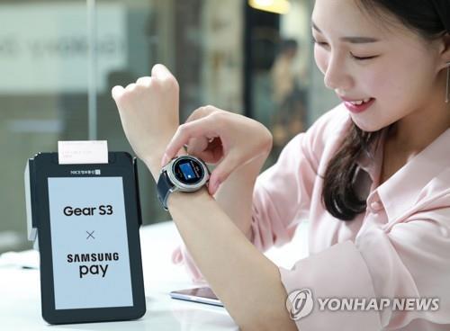 Una modelo posa con el reloj inteligente Gear S3 de Samsung Electronics Co. (Foto de archivo)