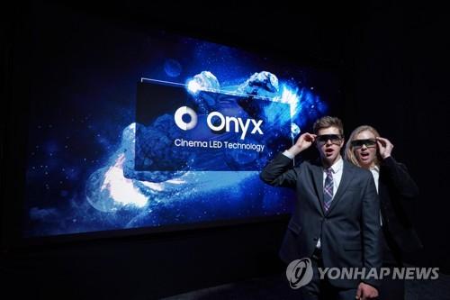 Los modelos posan ante la cámara, el 25 de abril de 2018, frente a la solución led para cines de Samsung, Onyx, durante el CinemaCon 2018 estadounidense. (Foto cortesía de Samsung)