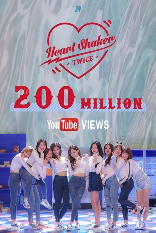 """En la imagen, proporcionada por JYP Entertainment, se muestra el póster publicitando la marca de los 200 millones de visualizaciones de la canción """"Heart Shaker"""" del grupo TWICE."""
