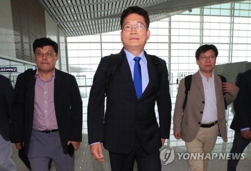 El líder del Comité Presidencial sobre la Cooperación Económica del Norte, Song Young-gil (centro), parte hacia Rason, en Corea del Norte, el 12 de julio de 2018, desde el Aeropuerto Internacional de Incheon.