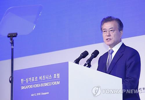 El presidente surcoreano, Moon Jae-in, habla en el Foro Empresarial Corea del Sur-Singapur en Hotel Shangri-La, en Singapur, el 12 de julio de 2018.