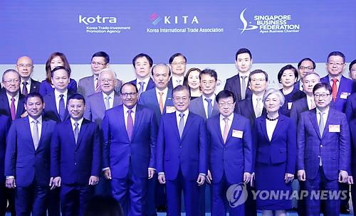 El presidente surcoreano, Moon Jae-in (1ª fila centro), posa en el Foro Empresarial Corea del Sur-Singapur en el Hotel Shangri-La, en Singapur, el 12 de julio de 2018.