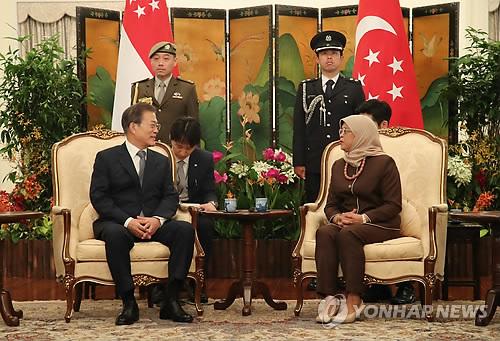 El presidente surcoreano, Moon Jae-in (izda.), se reúne con su homóloga singapurense, Halimah Yacob, el 12 de julio de 2018, en la oficina presidencial de Istana, en Singapur. Moon llegó al país del Sudeste Asiático el día anterior para realizar una visita de Estado de tres días, tras la efectuada a la India.