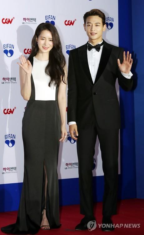 Choi Min-ho (dcha.), del grupo masculino de K-pop SHINee, y la actriz Lim Ji-yeon asisten a la ceremonia de apertura del 22º Festival Internacional de Cine Fantástico de Bucheon (BiFan, según sus siglas en inglés), en el Ayuntamiento de la ciudad de Bucheon, en la provincia de Gyeonggi, el 12 de julio de 2018.