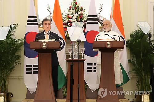 El presidente surcoreano, Moon Jae-in (izq.), y el primer ministro indio, Narendra Modi, llevan a cabo una cumbre bilateral, el 10 de julio de 2018, en la Casa Hyderabad, en Nueva Delhi. Moon y Modi acordaron incrementar en más del doble el comercio entre ambos países a 50.000 millones de dólares para 2030 y prometieron esfuerzos conjuntos para mejorar aún más su relación diplomática.