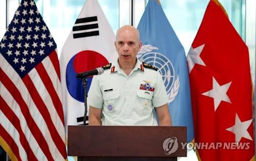 El teniente general Wayne D. Eyre, subcomandante del Comando de las Naciones Unidas, habla durante una ceremonia conmemorativa del 65º aniversario del acuerdo de armisticio en la aldea de tregua de Panmunjom, dentro de la Zona Desmilitarizada que separa las dos Coreas, el 27 de julio de 2018, en este foto proporcionada por el Cuerpo conjunto de prensa.