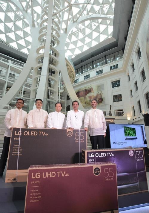 En la imagen, proporcionada, el 31 de julio de 2018, por LG Electronics, se muestra a los representantes de la firma y funcionarios del Museo Nacional de Filipinas posando ante la cámara con el televisor OLED de LG.