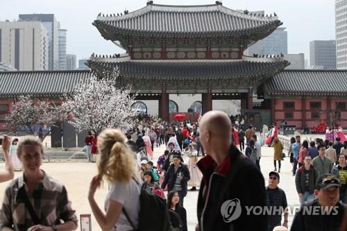 El 1 de abril de 2018, los turistas extranjeros visitan el palacio real Gyeongbok, ubicado en el centro de Seúl.