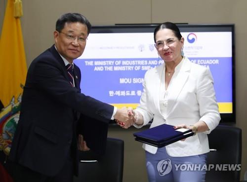 El viceministro de las Pymes de Corea del Sur, Choi Su-gyu (izda.), y la ministra de Industrias y Productividad de Ecuador, Eva García Fabre, se estrechan la mano después de firmar un MOU sobre la cooperación en el ámbito de las pymes, el 8 de agosto de 2018, en la embajada de Ecuador ante Seúl.