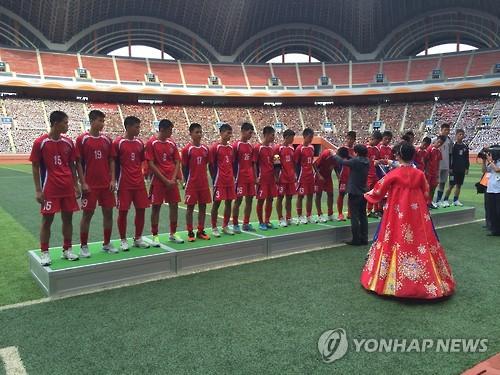 La foto de archivo muestra un equipo de fútbol norcoreano asistiendo al evento internacional de fútbol Sub-15 que tuvo lugar en agosto de 2015.