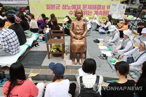 El 27 de junio de 2018, las personas participan en la manifestación semanal de los miércoles frente a la Embajada de Japón ante Corea del Sur, en el centro de Seúl. (Foto de archivo)