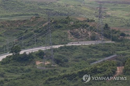 La foto de archivo muestra la carretera y vía férrea que conectan las dos Coreas.