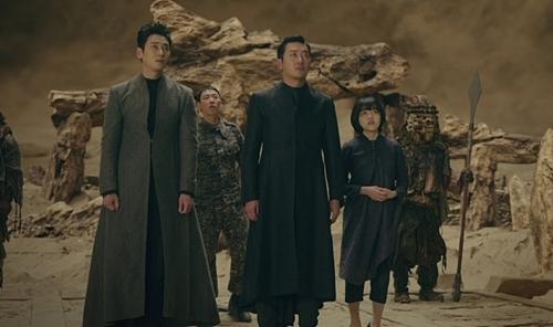"""Esta foto, proporcionada por Lotte Entertainment, muestra una escena de """"Junto a los dioses: los últimos 49 días""""."""