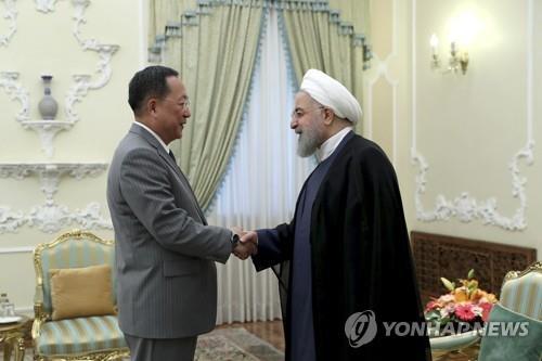 El ministro de Asuntos Exteriores norcoreano, Ri Yong-ho (izq.), con el presidente de Irán, Hassan Rouhani. (Foto proporcionada por la oficina presidencial de Irán)
