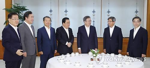 El presidente de Corea del Sur, Moon Jae-in (tercero por la dcha.), conversa con los asistentes a un almuerzo de trabajo celebrado, el 10 de agosto de 2018, en Cheong Wa Dae, en Seúl. De izda. a dcha. figuran: el asesor jefe de seguridad del presidente, Chung Eui-yong; Lee Nak-yon; Lee Jin-sung; Moon Hee-sang; el presidente Moon, Kim Meong-su y Kwon Soon-il.