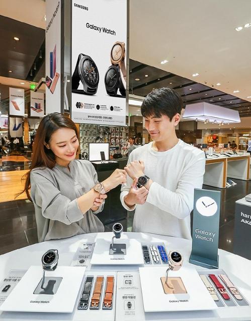 En la imagen, proporcionada por Samsung Electronics, se muestra a unos modelos posando con el nuevo Galaxy Watch de la firma.