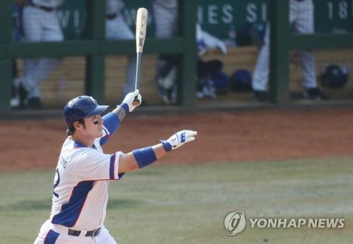 """Park Byung-ho, de Corea del Sur, observa su """"home run"""" de tres carreras contra China en un partido de béisbol en los Juegos Asiáticos en el Campo de Béisbol GBK, el 31 de agosto de 2018."""