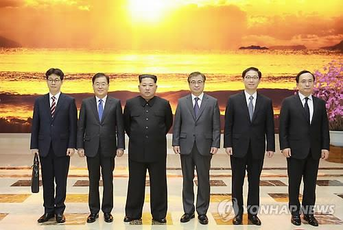 La foto muestra a Chung Eui-yong (segundo por la izda.), jefe de la Oficina de Seguridad Nacional de Corea del Sur, quien lideró la delegación especial para Corea del Norte en marzo, posando para una foto junto con el líder norcoreano, Kim Jong-un (tercero por la izda.).