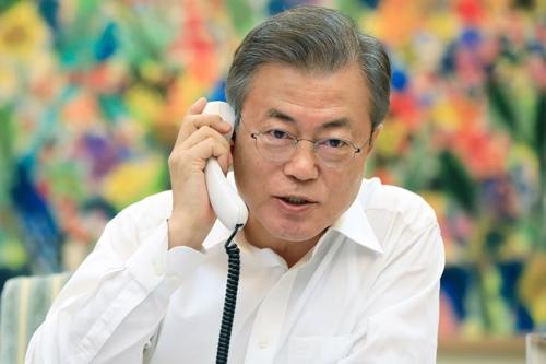 En esta foto proporcionada por la oficina presidencial surcoreana, Cheong Wa Dae, el presidente surcoreano, Moon Jae-in, mantiene una conversación telefónica con el presidente de Estados Unidos, Donald Trump, el 4 de septiembre de 2018.