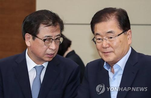 La foto de archivo muestra a Chung Eui-yong, jefe de la Oficina de Seguridad Nacional presidencial, y a Suh Hoon, director del Servicio de Inteligencia Nacional.