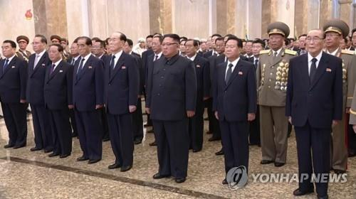 El 9 de septiembre de 2018, el presidente del Comité de Asuntos de Estado norcoreano, Kim Jong-un (1ª fila, 3º por la dcha.), rinde homenaje ante los cuerpos de los difuntos líderes de Corea del Norte, Kim Il-sung y Kim Jong-il, en el Palacio del Sol de Kumsusan, en conmemoración del 70º aniverssario de la fundación del régimen. (Uso exclusivo dentro de Corea del Sur. Prohibida su distribución parcial o total)