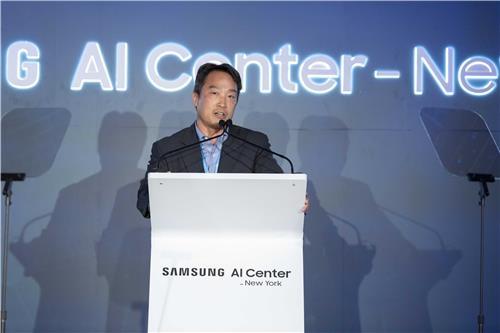 En la imagen proporcionada por Samsung Electronics Co., Daniel D. Lee, jefe del centro de investigación de inteligencia artificial en Nueva York, habla durante su ceremonia de apertura el 7 de septiembre de 2018.