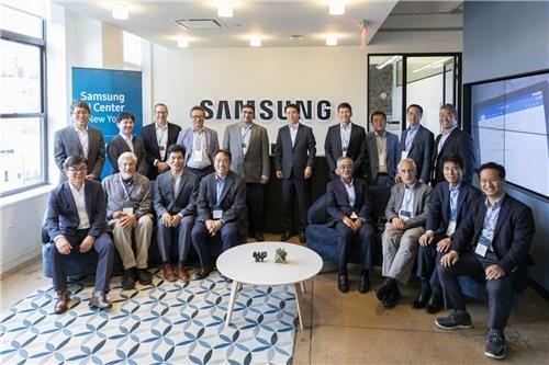 En la imagen, proporcionada por Samsung Electronics Co., los participantes en la ceremonia de apertura de la centro de inteligencia artificial de la firma en Nueva York posan para una foto el 7 de septiembre del 2018.
