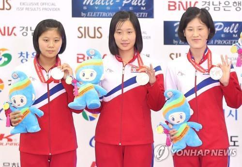 En la imagen de archivo, tomada el 9 de septiembre de 2018, se muestra a las tiradoras con pistola norcoreanas Paek Ok-sim, Ri Ji-ye y Han Chol-sim (de izda. a dcha.) sosteniendo sus medallas de plata de la prueba femenina por equipos de blanco móvil de 10 metros, en el Campo de Tiro Internacional de Changwon, a unos 400 kilómetros al sudeste de Seúl.