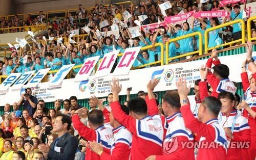 En la imagen de archivo, tomada el 1 de septiembre de 2018, se muestra a los atletas y funcionarios norcoreanos saludando a sus seguidores durante la ceremonia de apertura del campeonato de la ISSF en Changwon, a unos 400 kilómetros al sudeste de Seúl.