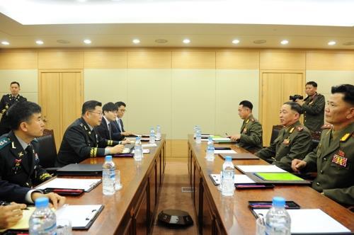 Funcionarios militares de Corea del Sur y Corea del Norte mantienen diálogos a nivel de trabajo en la Oficina de Aduanas, Inmigración y Cuarentena en Paju, justo al sur de la frontera intercoreana, el 25 de junio de 2018, en esta foto proporcionada por el Ministerio de Defensa de Seúl.
