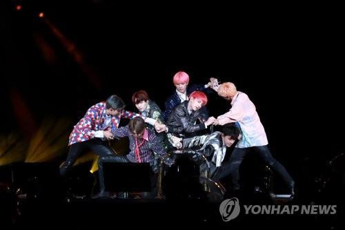 En la imagen de archivo se muestra a la banda BTS realizando una actuación.