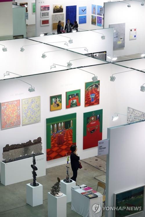 En la imagen de archivo se muestra a una visitante observando una obra durante la Feria de Arte Internacional de Corea del Sur, el 21 de septiembre de 2017, en el Centro de Convenciones y Exhibiciones COEX, en Seúl.